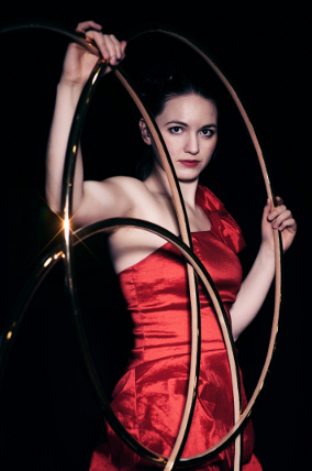 Hula Hoop show act with linking rings - female performer - photographer: Christian Maier